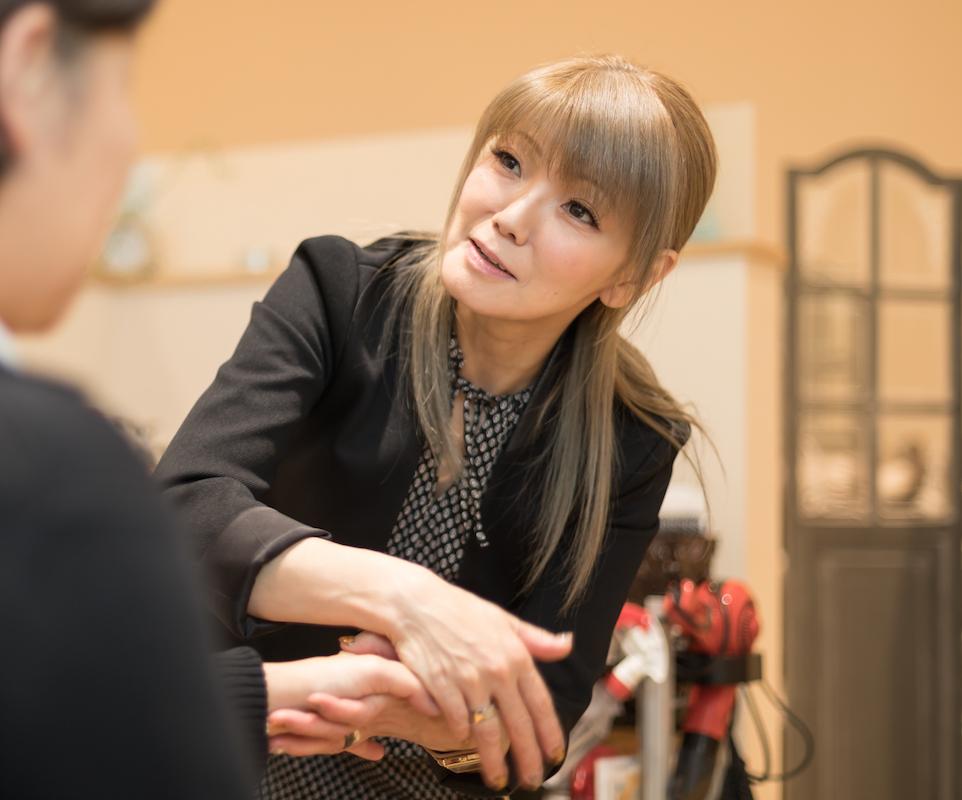 美容師として接客をしながら、店頭販売企画の責任者を務める佐々木さん。キャンペーンの説明で各店を回る時は、店長とともにママスタッフへの声かけを忘れない