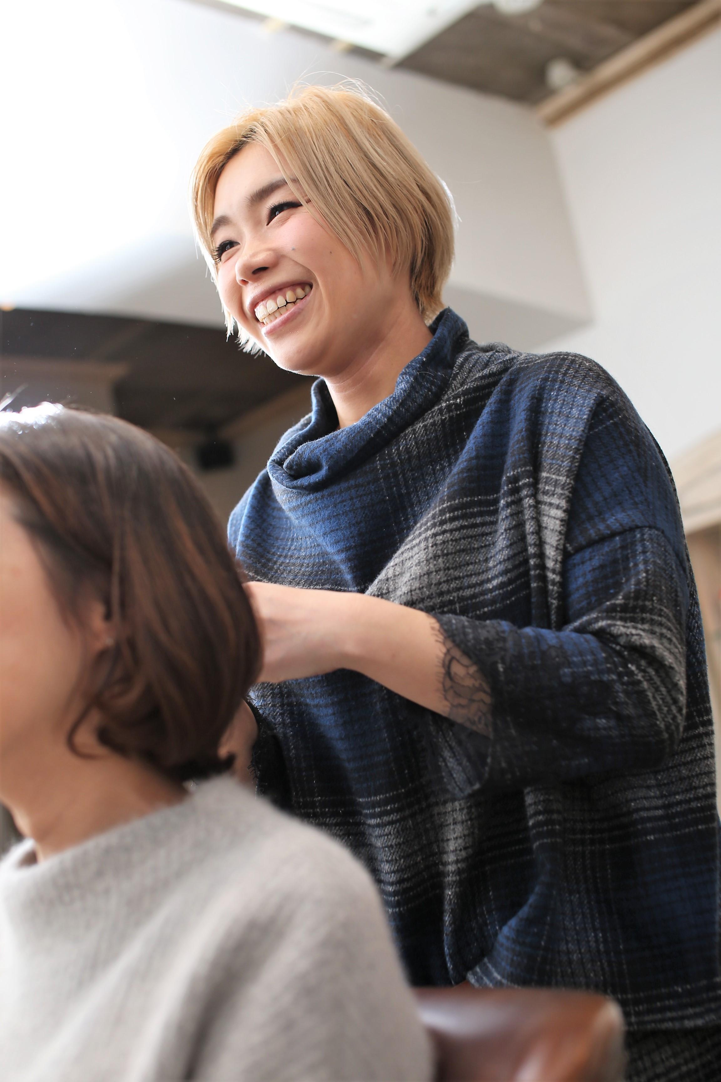 ママ美容師の山地キリコさん。現在は「r.e BY KOKOMO」で週5日、8:30~14:30(土曜は~16:00)まで働いている
