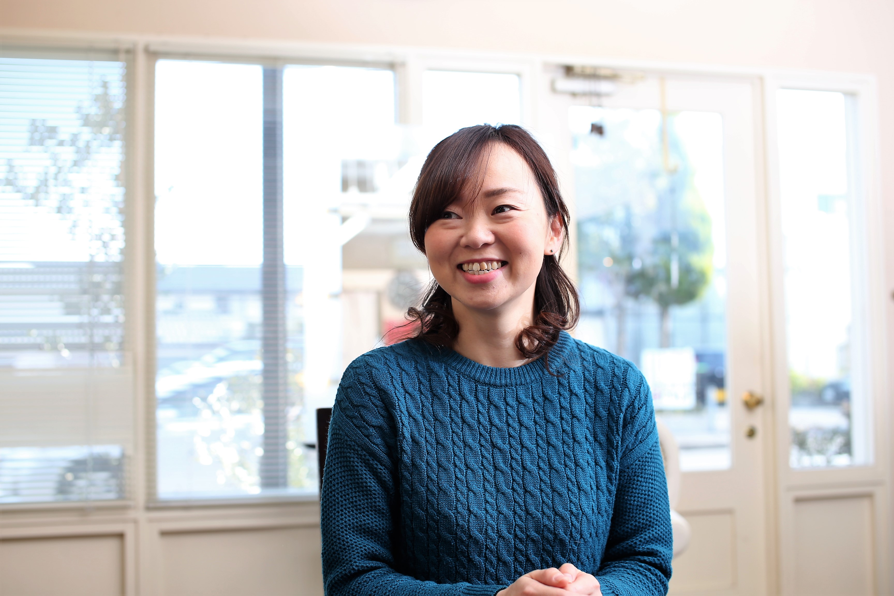 10年のブランクを経て4年前に美容師復帰した吉川小百合さんは、6歳、7歳、10歳の3姉妹を育てるママ。子どもの体調が悪い時には子連れ出勤し、キッズスペースを利用している