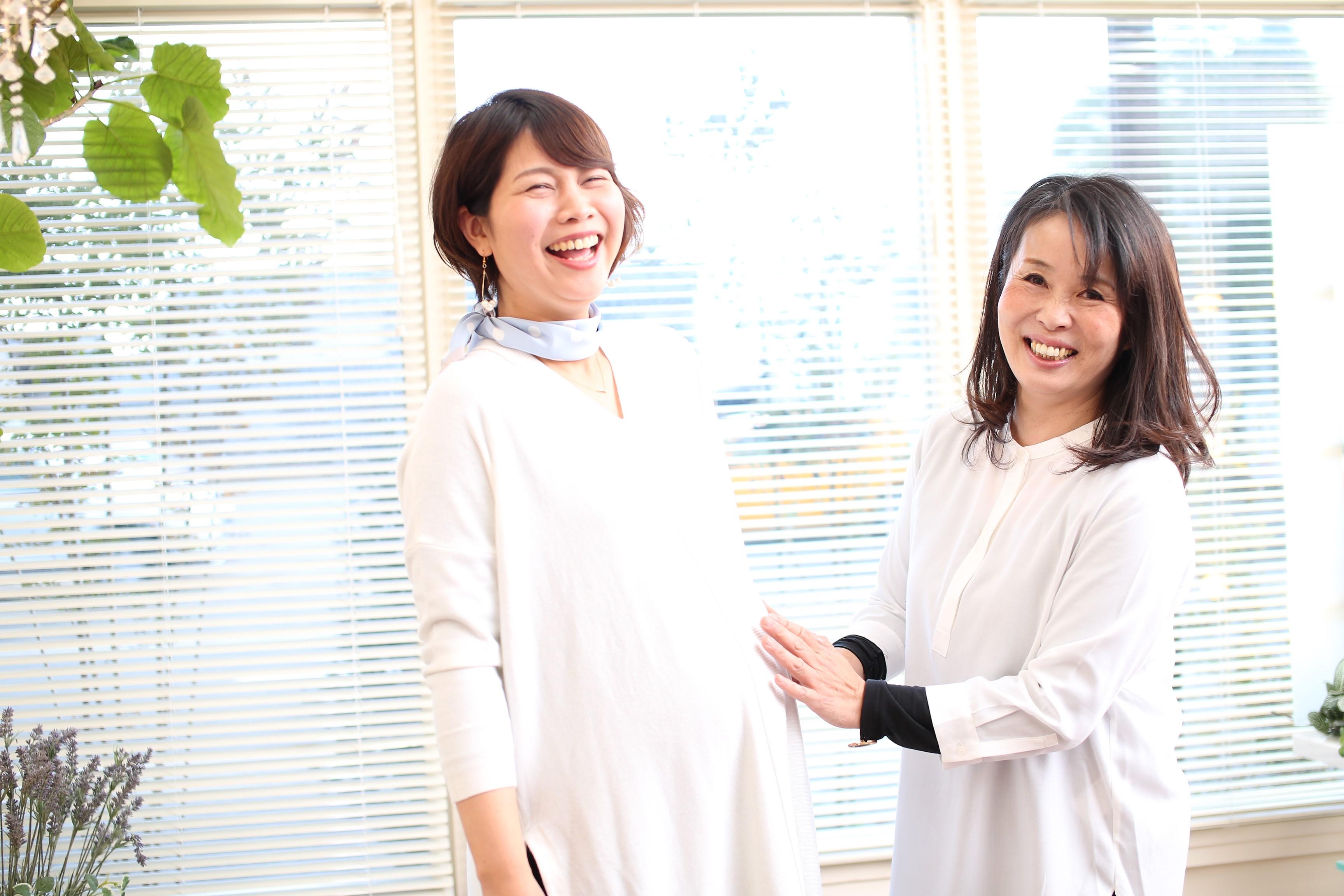 ママスタッフの島本美咲さん(写真左)が育休をとっていた間も、婚礼などで時々手伝いを依頼していた。「急がないから、いつでも戻っておいで」という呼びかけに応えて、島本さんは産後1年で本格復帰することに