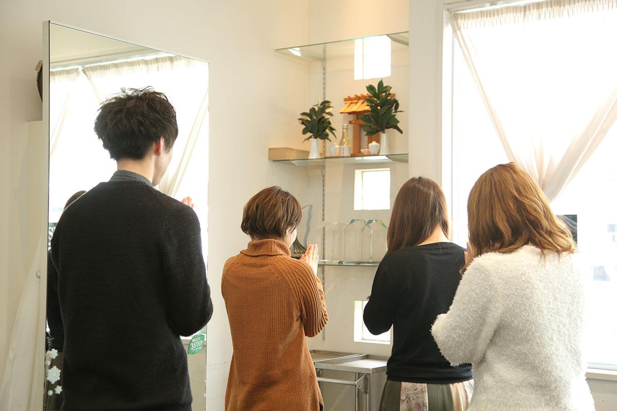 サロン運営は店長に任せているが、ただひとつ、神谷さんが課していることが、毎日スタッフ全員が神棚に手を合わせることだ。礼を尽くすことをルーティーンにすることで、自信と信念が芽生えるという