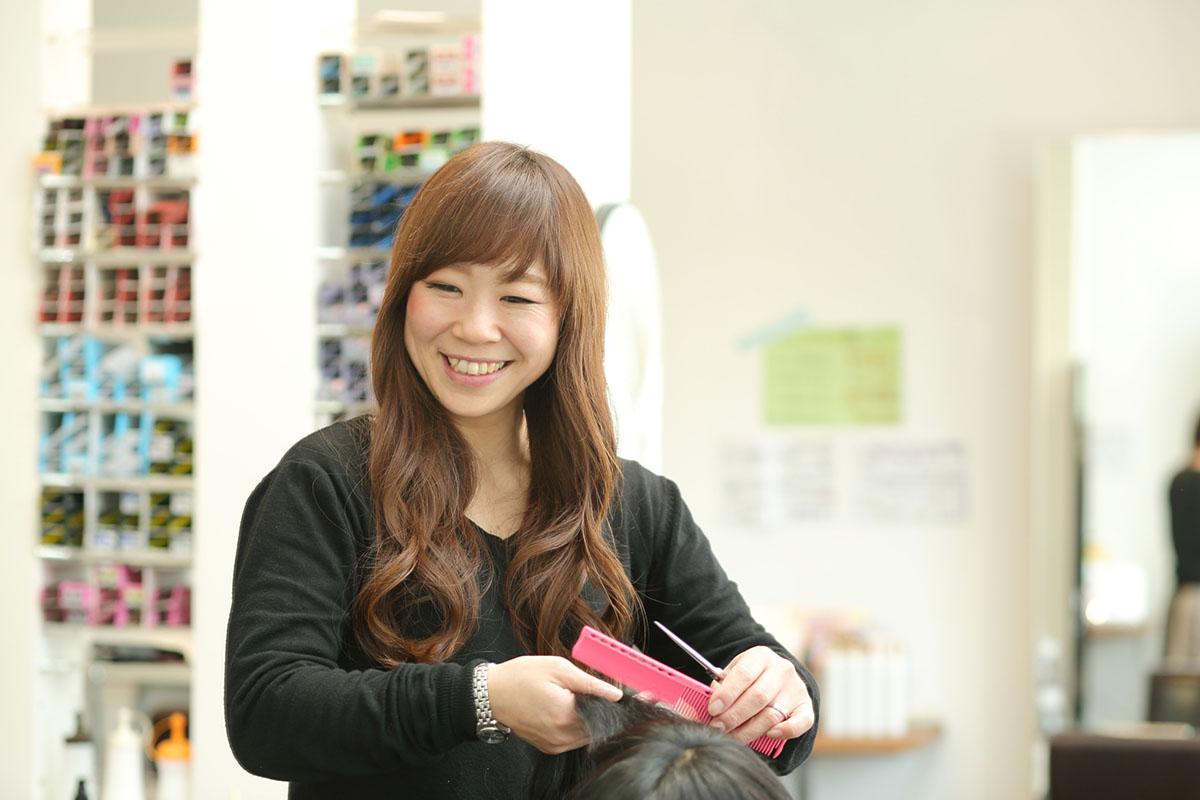サロン開店当初からのメンバーの鎌倉さん。当初はカットを怖がっていたが、現在ではバリバリ活躍する人気スタイリスト。3児のママ