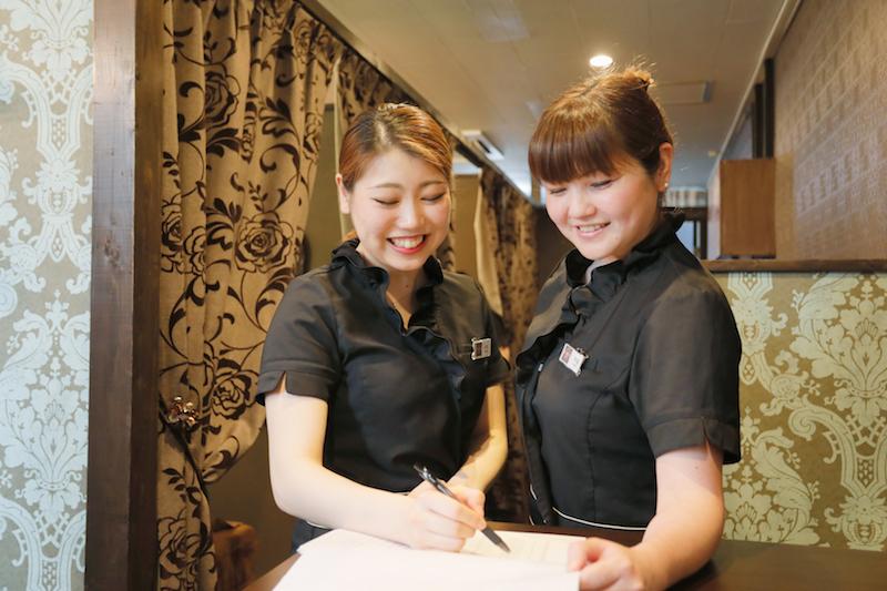 「anon」で副主任を務める浅利早苗さん(右)は2児のママ。うまくいかないことがあると、飲みに行くぞ!と号令をかけることもあるそう