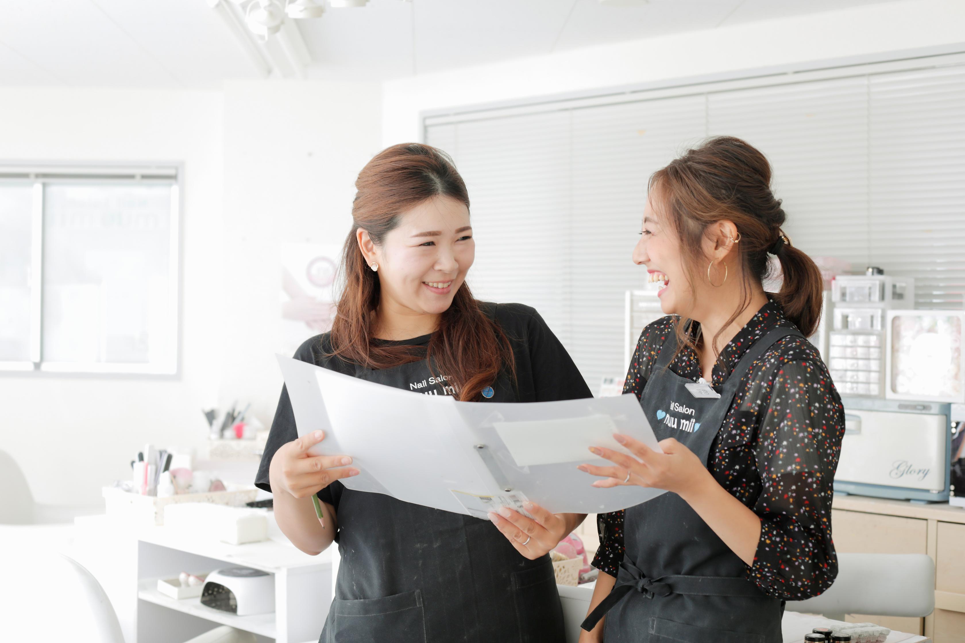 「予約が入っていなければ、当日に早上がりさせてもらうこともできて助かっています」とママネイリストの平田さん(写真右)