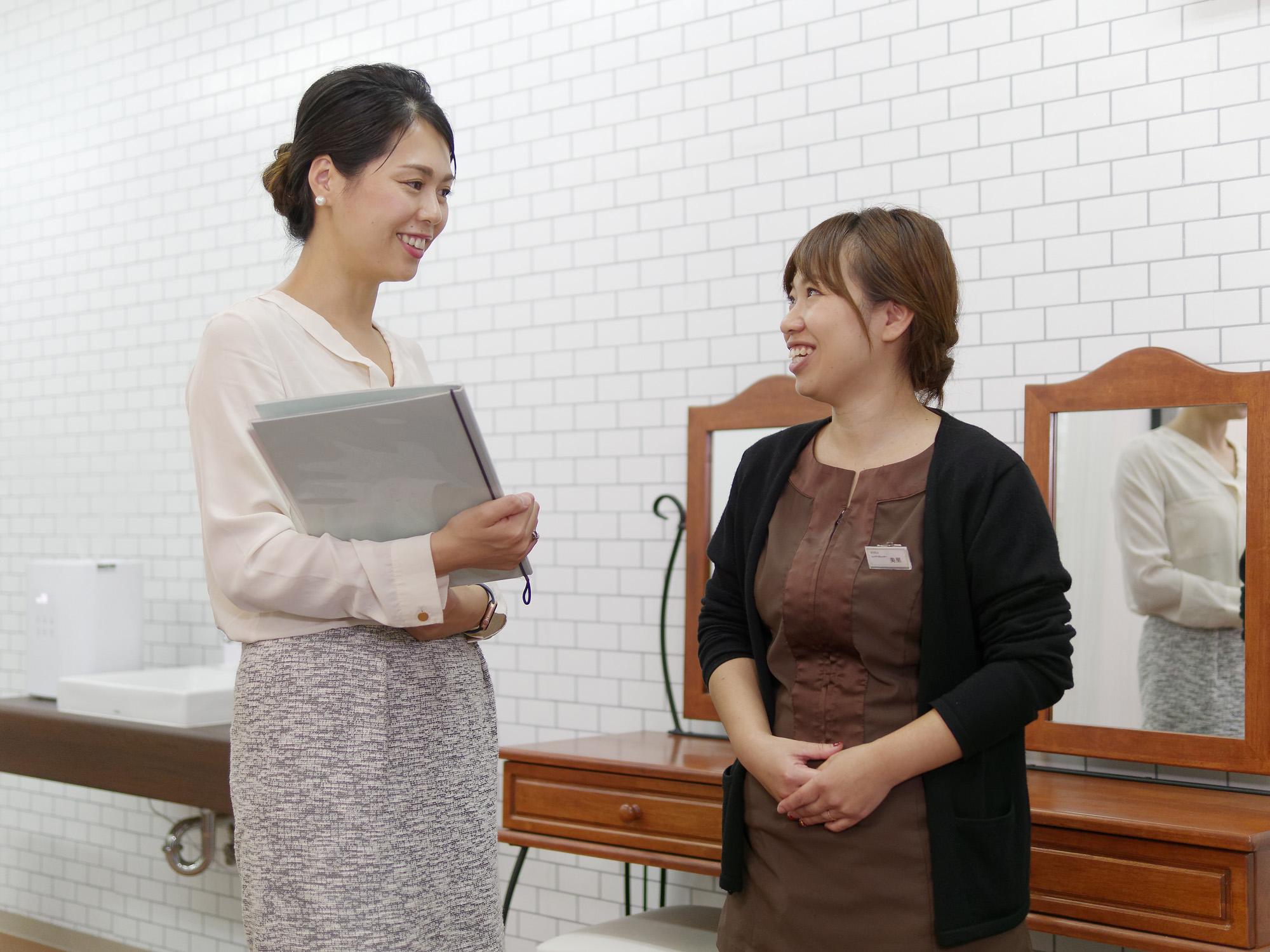 「朝EYELA」発案者の美里彩さん(写真右)は、現在9時~16時勤務。「子どもを保育園に預けてそのままサロンへ直行できるので、朝の時間を持て余すことがなくなりました」